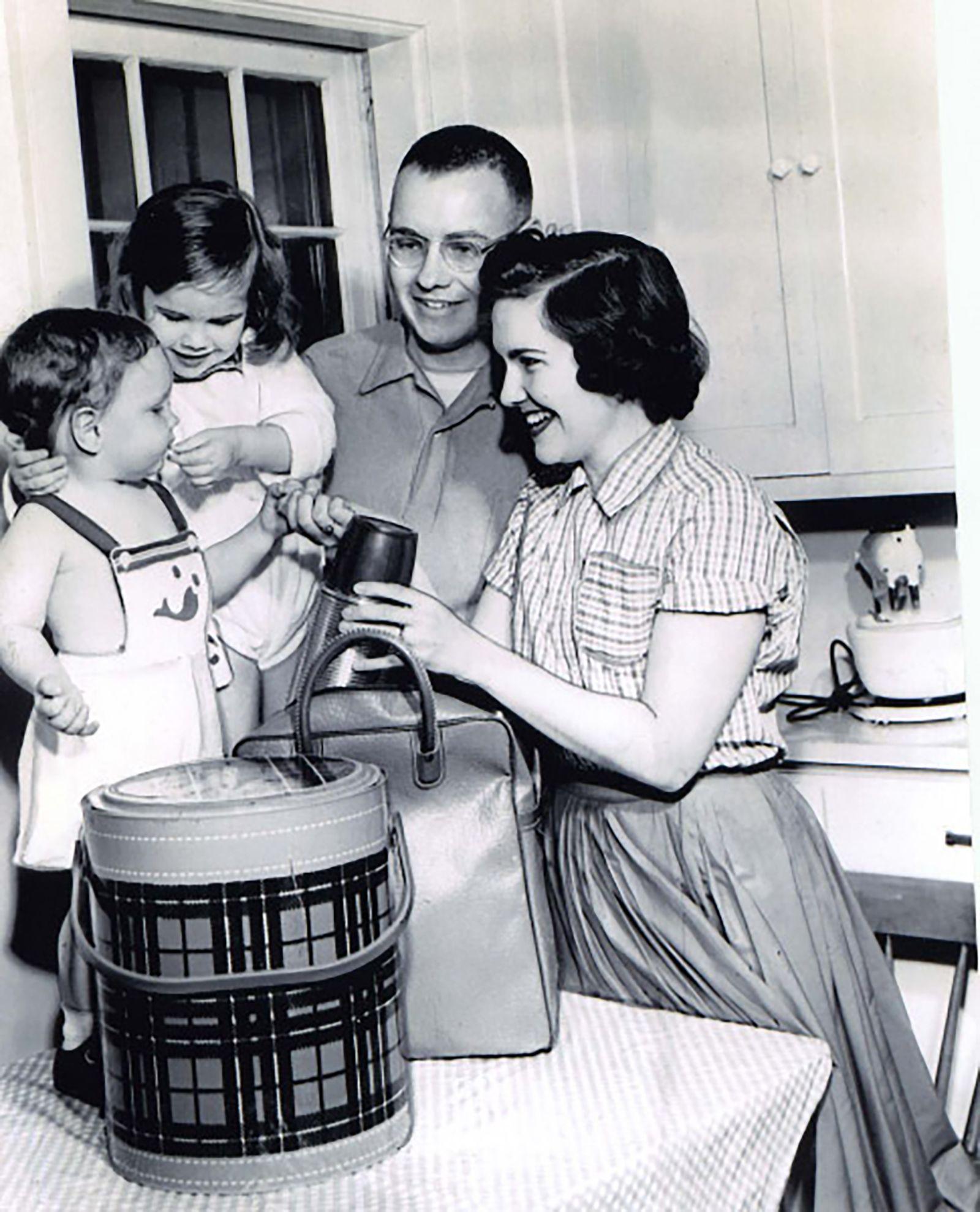 Уоррен Баффет с женой Сьюзан и детьми- Говардом и Сьюзан